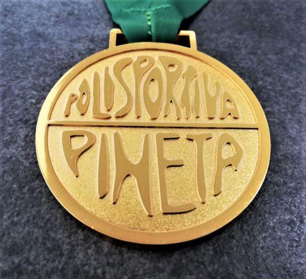 medaglia personalizzata polisportiva pineta a rilievo 2D con finitura oro lucido satinato con nastro personalizzato in sublimazione