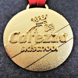 medaglia personalizzata scuola sci carezza in metallo a rilievo 2D finitura oro lucido satinato con nastro personalizzato in sublimazione
