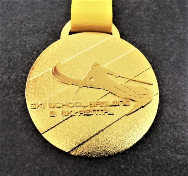 medaglia personalizzata scuola sci saslong in metallo a rilievo 2D finitura oro lucido satinato con nastro personalizzato in serigrafia