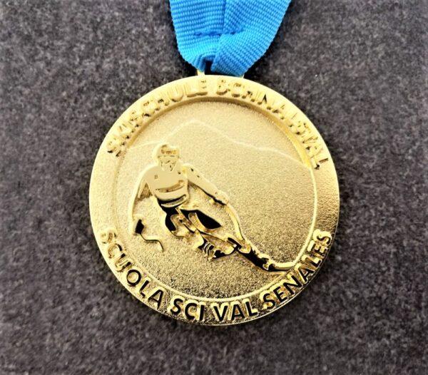medaglia personalizzata scuola sci val senales in metallo a rilievo 2D finitura oro lucido satinato con nastro personalizzato in serigrafia