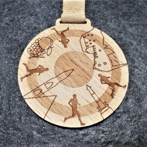 medaglia personalizzata Bolzano City Trail in legno naturale tagliato e inciso a laser con nastro colore naturale