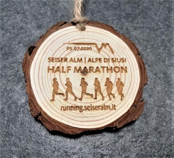 medaglia personalizzata seiser alm half marathon in legno naturale con corteccia con incisione laser e spago