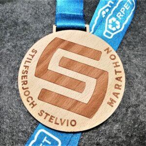 medaglia personalizzata stelvio marathon in legno naturale tagliato e inciso a laser con nastro in rpet riciclato da bottiglie di plastica personalizzato in sublimazione