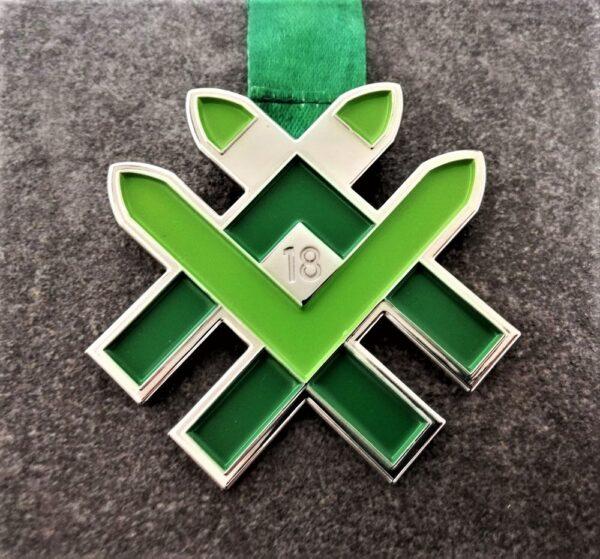 medaglia personalizzata 18 marcialonga running in metallo a rilievo 2D con smalti finitura argento lucido con nastro personalizzato in sublimazione