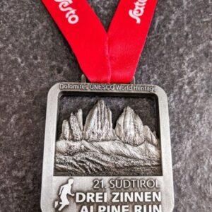 medaglia personalizzata 21 sudtirol drei zinnen alpine run in metallo a rilievo 3D traforata finitura argento antico con nastro personalizzato in sublimazione
