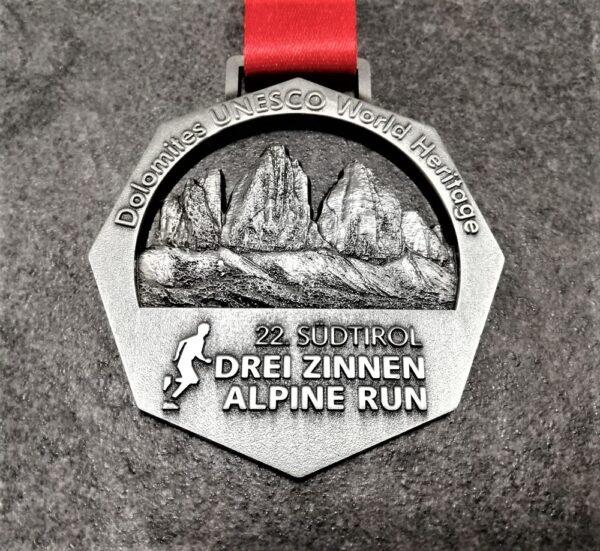 medaglia personalizzata 22 drei zinnen alpine run traforata in metallo a rilievo 3D finitura argento antico con nastro personalizzato in sublimazione