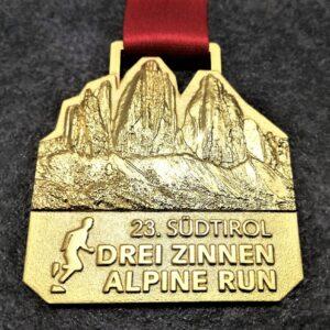 medaglia personalizzata 23 drei zinnen alpine run in metallo a rilievo 3D finitura oro satinato con nastro personalizzato in sublimazione