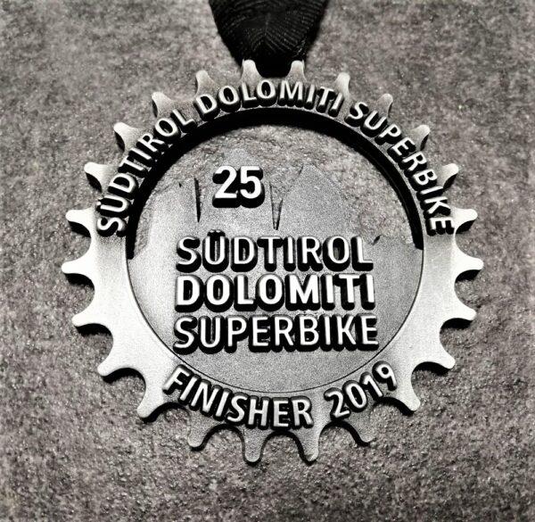 medaglia personalizzata 25 dolomiti superbike 2019 in metallo a rilievo 2D traforata finitura argento antico con nastro personalizzato in serigrafia