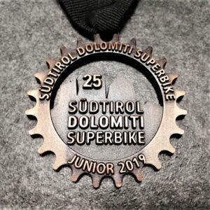medaglia personalizzata 25 dolomiti superbike junior 2019 in metallo a rilievo 2D traforata finitura rame antico con nastro personalizzato in serigrafia