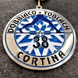 medaglia personalizzata 38 dobbiaco cortina in metallo a rilievo 2D con smalti finitura argento lucido con nastro blu