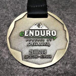 medaglia personalizzata enduro san cassiano in metallo a rilievo 2D con smalti finitura bronzo antico con nastro personalizzato in sublimazione