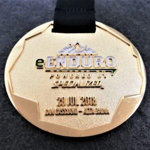 medaglia personalizzata enduro san cassiano in metallo a rilievo 2D con smalti finitura oro lucido satinato con nastro personalizzato in sublimazione