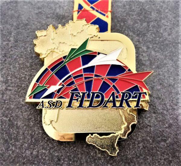 medaglia personalizzata fidart in metallo a rilievo 2D con finitura oro lucido satinato con nastro personalizzato in sublimazione
