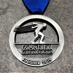 medaglia personalizzata gsiesertal lauf gran fondo val casies 2019 in metallo a rilievo 2D finitura argento antico con nastro personalizzato in serigrafia