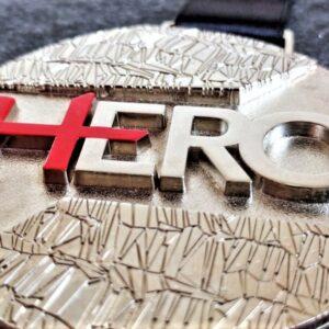 medaglia personalizzata hero in metallo a rilievo 3D finitura argento lucido son serigrafia e con nastro personalizzato in sublimazione