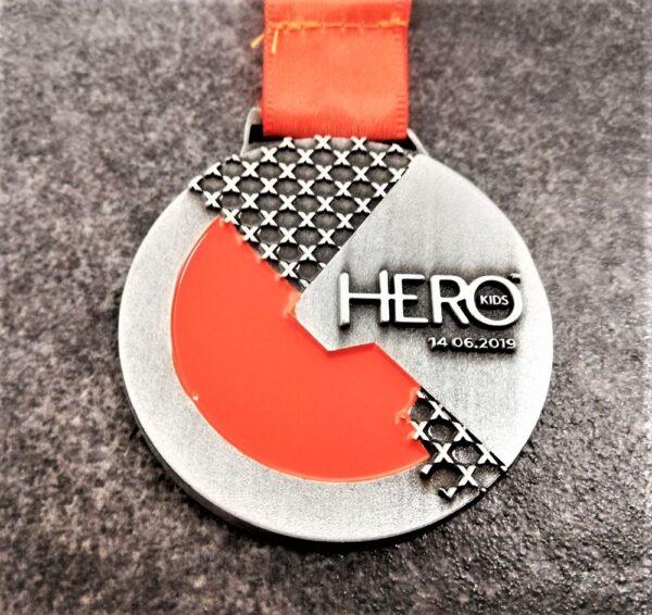 medaglia personalizzata hero x kids 2019 in metallo a rilievo 2D con smalti finitura argento antico con nastro personalizzato in sublimazione