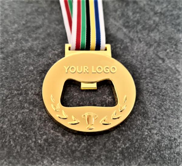 medaglia personalizzata in metallo a rilievo 2D traforata con funzione apribottiglie finitura oro lucido con nastro olimpico
