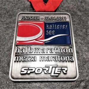 medaglia personalizzata kalterer see halbmarathon 2017 in metallo a rilievo 2D con smalti finitura argento antico con nastro personalizzato in serigrafia
