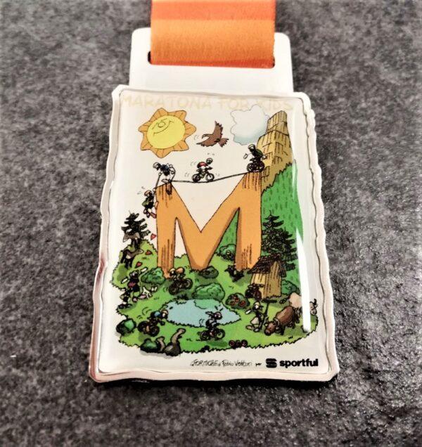 medaglia personalizzata maratona dles dolomites 2018 in metallo con stampa full color ed effetto lente finitura argento lucido con nastro personalizzato in sublimazione