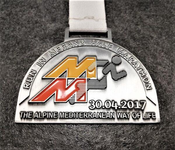 medaglia personalizzata meran half marathon 2017 in metallo a rilievo 2D con smalti finitura argento antico con nastro personalizzato in serigrafia