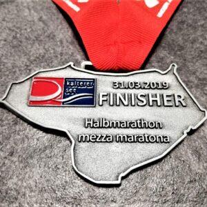 medaglia personalizzata mezza maratona lago di caldaro 2019 in metallo a rilievo 2D con smalti finitura argento antico con nastro personalizzato in serigrafia