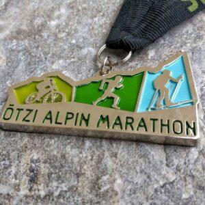 medaglia personalizzata otzi alpin marathon in metallo a rilievo 2D finitura argento lucido con nastro personalizzato in serigrafia