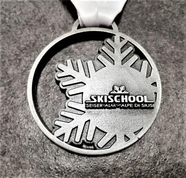 medaglia personalizzata scuola sci alpe di siusi seiseralm 2019 in metallo a rilievo 2D traforata finitura argento antico con nastro personalizzato in sublimazione