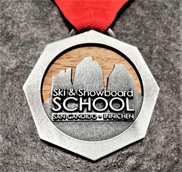 medaglia personalizzata scuola sci san candido in legno naturale e metallo a rilievo 2D finitura argento antico con nastro personalizzato in serigrafia