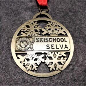 medaglia personalizzata scuola sci selva 2019 in metallo a rilievo 2D traforata finitura bronzo antico con nastro personalizzato in sublimazione