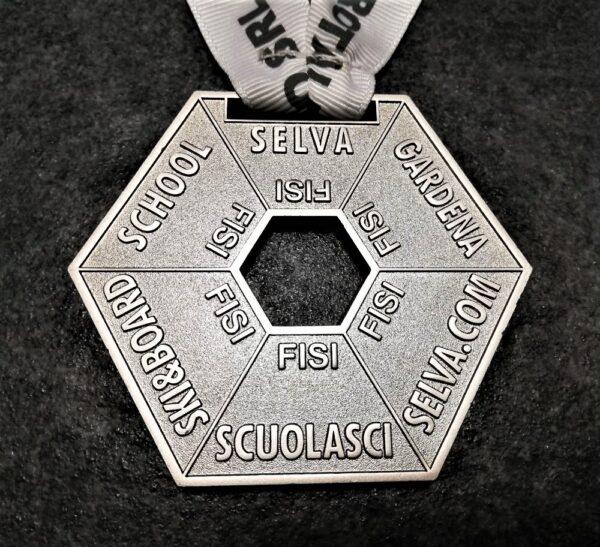 medaglia personalizzata scuola sci selva esagonale in metallo a rilievo 2D traforata finitura argento lucido satinato con nastro personalizzato in serigrafia