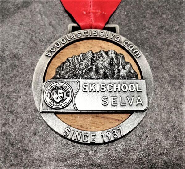 medaglia personalizzata scuola sci selva in legno naturale e metallo a rilievo 3D finitura argento antico con nastro personalizzato in sublimazione