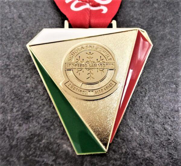 medaglia personalizzata scuola sci sporting san vigilio 2018 in metallo a rilievo 2D con smalti finitura oro lucido satinato con nastro personalizzato in sublimazione
