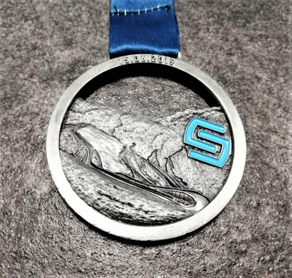 medaglia personalizzata stelvio marathon 2019 traforata in metallo a rilievo 3D con smalti finitura argento antico con nastro personalizzato in sublimazione