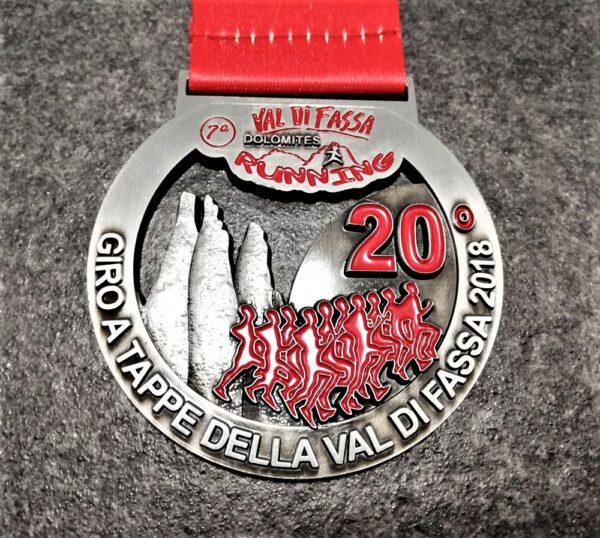 medaglia personalizzata val di fassa running 2018 in metallo a rilievo 3D traforata finitura argento antico con nastro personalizzato in sublimazione