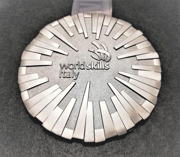 medaglia personalizzata world skills italy in metallo a rilievo 3D finitura argento satinato con nastro personalizzato in sublimazione
