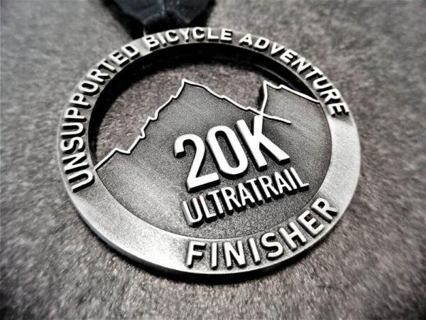 medaglia personalizzata 20k ultratrail a rilievo 2D con finitura argento antico con nastro personalizzato in sublimazione