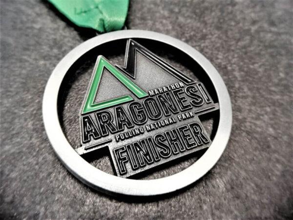 medaglia personalizzata aragonesi marathon rilievo 2D con finitura argento antico, con smalti e nastro personalizzato in sublimazione