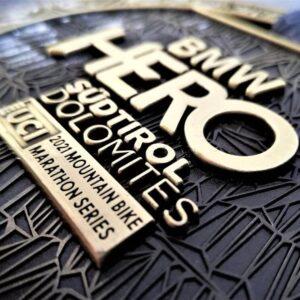 medaglia personalizzata hero bmw a rilievo 2D con finitura bronzo antico con nastro personalizzato in sublimazione
