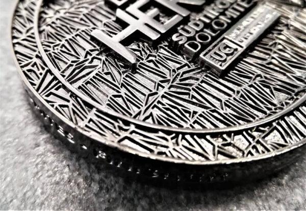 medaglia personalizzata hero bmw a rilievo 2D con finitura nichel nero con nastro personalizzato in sublimazione